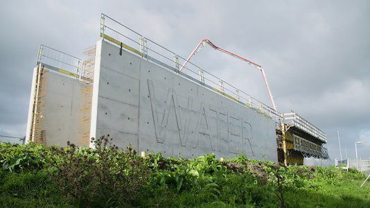 Bluswaterbassin herstelt zichzelf door zelfhelend beton